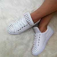 Модные кеды белого цвета с шипами на носке и язычке