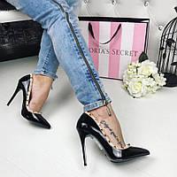 Красивые и стильные туфли, лодочки черного цвета с шипами в стиле Valentino
