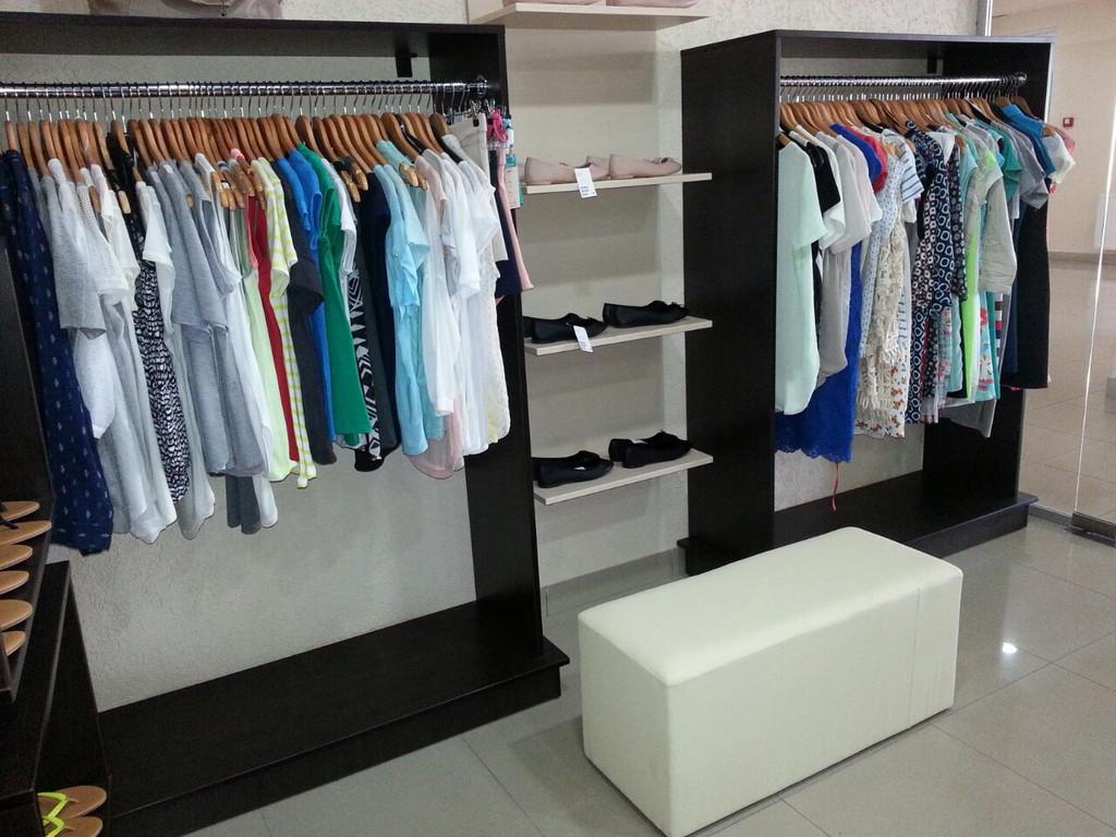 Банкетка в бутике женской одежды