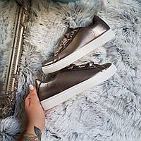 Темные кроссовки с атласными шнурками лентами