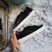 Черные кроссовки с атласными шнурками лентами