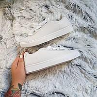 Белые кроссовки с атласными шнурками лентами
