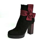 Ботинки на каблуке с бантами