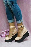 Женские кожаные туфли на танкетке с ремешком пудра
