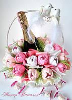 Корзина цветов с конфетами на свадьбу молодоженам, фото 1