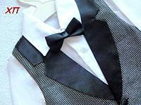Очень нарядный костюм-тройка с бабочкой для мальчика, жилетка с серебристой парчи с атласом на 5 лет