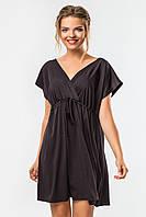 Черное платье до колена с запахом и коротким рукавом