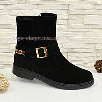 Ботинки замшевые черные женские демисезонные на невысоком каблуке, декорированы цепью и ремешком.