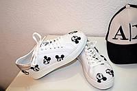 Женские белые кроссовки с Микки Маусами.