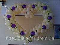 Сердечко из шариков с вплетенными в него цветами, фото 1