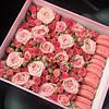 Подарочная коробка с цветами и макаронс розовая.