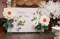 Оформление зала в нежно-розовом цвете с гиганскими цветами и большим пышным деревом