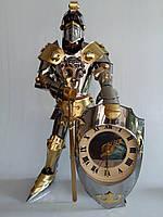 Фигура Рыцаря ручной работы с часами и оттиском льва. Высота 55 см
