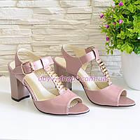 Женские кожаные классические босоножки на устойчивом каблуке, цвет пудра. 36 размер