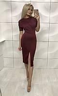 Женское бордовое приталенное платье за колено с вырезом на бедре