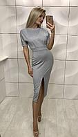 Женское серое приталенное платье за колено с вырезом на бедре