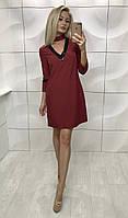 Красивое женское бордовое платье до середины бедра с вырезом на груди