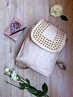 Женский маленький рюкзак бежевого цвета с золотыми заклепками