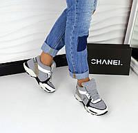 Актуальные кроссовки светло-серого цвета в стиле современного бренда