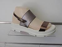 Модные кожаные босоножки на тракторной подошве цвет серебро