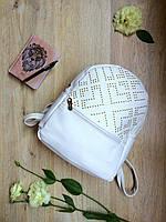 Белый мини-рюкзак с заклепками из кожзама