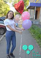 Яркий фонтан из воздушных шаров с фольгированным сердцем