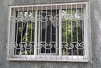 Стационарная решетка на окно с элементами холодной ковки