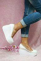 Женские кожаные туфли на танкетке белые