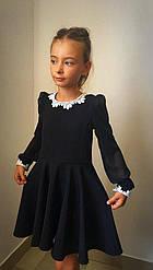 Школьное платье, декорировано кружевом. Рукава выполнены из шифона.