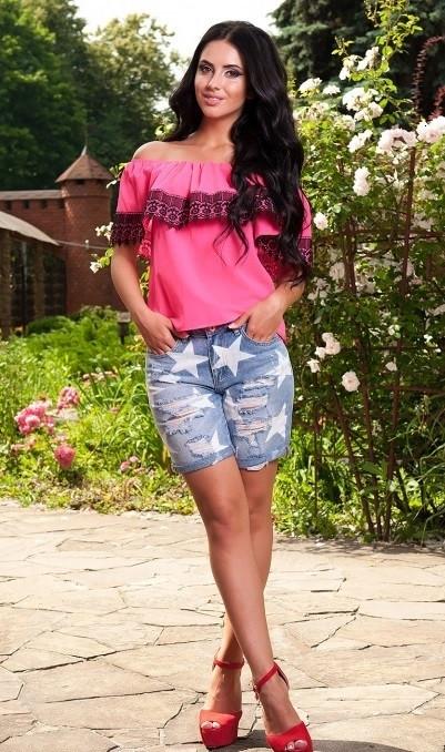 Блуза розового цвета с черным кружевом