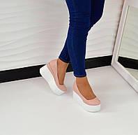 Женские туфли на белой танкетке с закрытым носком, материал полностью натуральная кожа. Цвет пудра