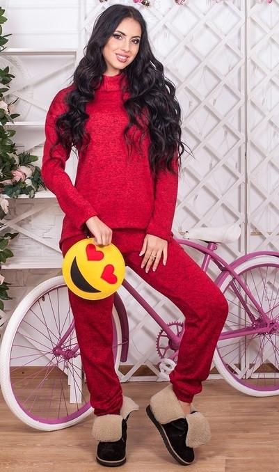 Спортивный костюм красного цвета