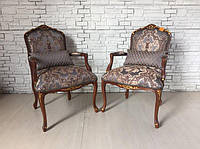 Итальянское мягкое кресло с подлокотниками и оригинальным дизайном обивки.