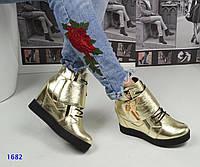 Модные кожаные сникерсы золотистого цвета на платформе