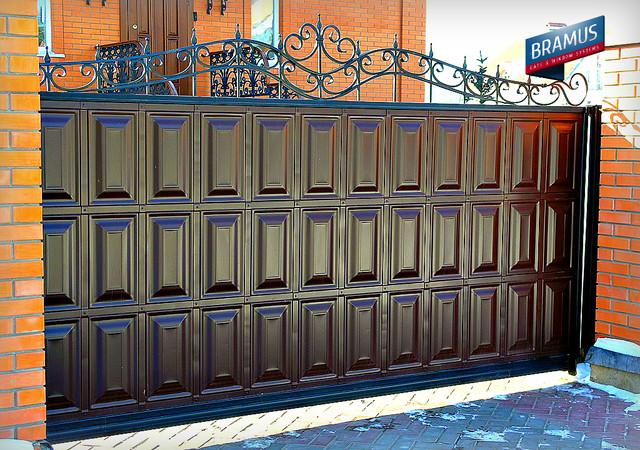 Ворота BRAMUS откатные филенка с коваными элементами