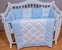 Защита, бортики, одеяло и подушка, простынка, подушка. Комплект для мальчика из 11 позиций.