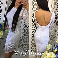 Шикарное облегающее платье из кружева с открытой спиной и длинным рукавом.