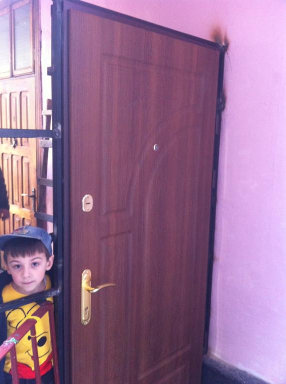 Зварюється каркас під двері броньовані та встановлення дверей