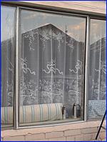 Монтаж плівки на раму вікна зовні приміщення