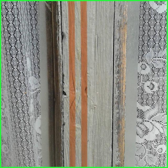 Перед тем как утеплить окна, не забудьте вымыть раму и стекла с помощью средств, содержащих этиловый и нашатырный спирт. Это не только удалит грязь, но и обезжирит поверхности перед нанесением утеплителя.