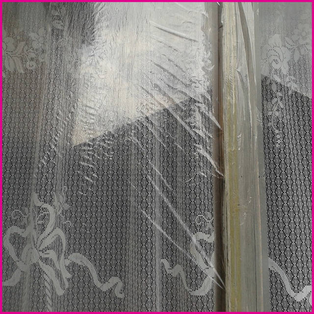 Чтобы нанести на раму окна теплосберегающую пленку, нужно подготовить ножницы, скотч и фен. Это делают следующим образом: Периметр оконной рамы обрабатывается обезжиривающим составом.  Обезжирьте места проведения работ спиртовым очистителем.