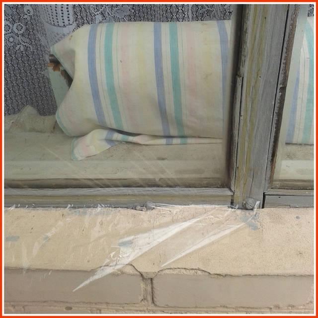 На очищенную оконную раму наклейте двусторонний скот.  Вырезается заготовка из пленки, на 2 см большая, чем размер проёма для стекла  С двустороннего скотча снимается защитная полоса.