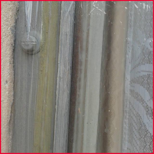 Желательно, чтобы кто-то помог, держа пленку за нижний край и не давал ей приклеиться прежде времени. Монтировать такой материал, как теплосберегающая пленка, на окна лучше всего вдвоем.  Так можно добиться максимально качественной установки.