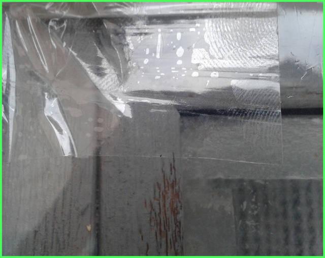 Повреждения на пленке, возникшие при выполнении работы, можно устранить с помощью прозрачного скотча  Остатки пленки убирают лезвием для бритвы или канцелярским ножом.