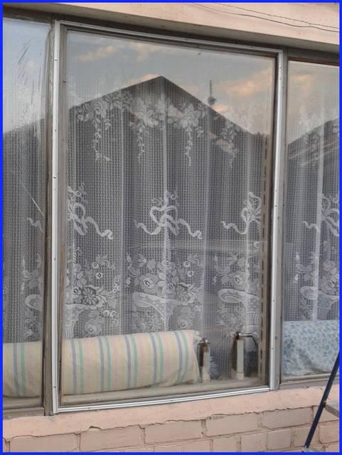 Многие владельцы квартир отмечают, что после установки пленки в комнатах становится тише.  Шум с улицы практически не проникает.  Стоит этот замечательный, уникальный материал не  дорого. Отделка одного окна обойдется не более чем в тридцать гривн
