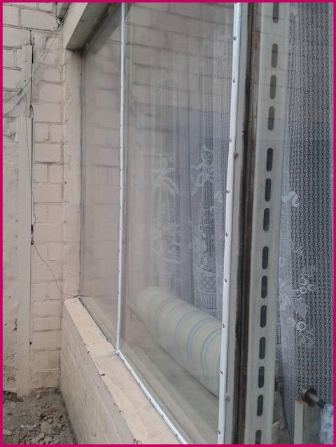 Энергосберегающая пленка на окна устанавливается довольно-таки легко, при этом материал это действительно очень эффективный.  Микроклимат в помещении с его использованием можно улучшить значительно.