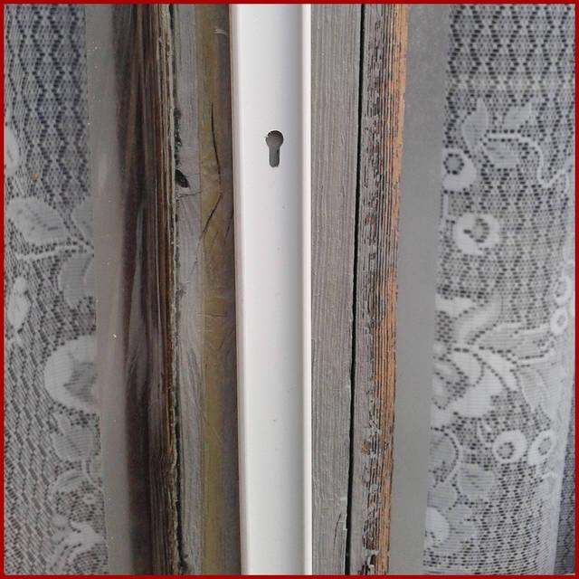Как монтировать теплосберегающую пленку на раму окна кабель-каналом для электропроводки. Перед тем, как приступить к монтажу теплосберегающей пленки, советуем запастись: ножницы; канцелярский нож; бытовой фен, кабель-канал для монтажа электропроводк