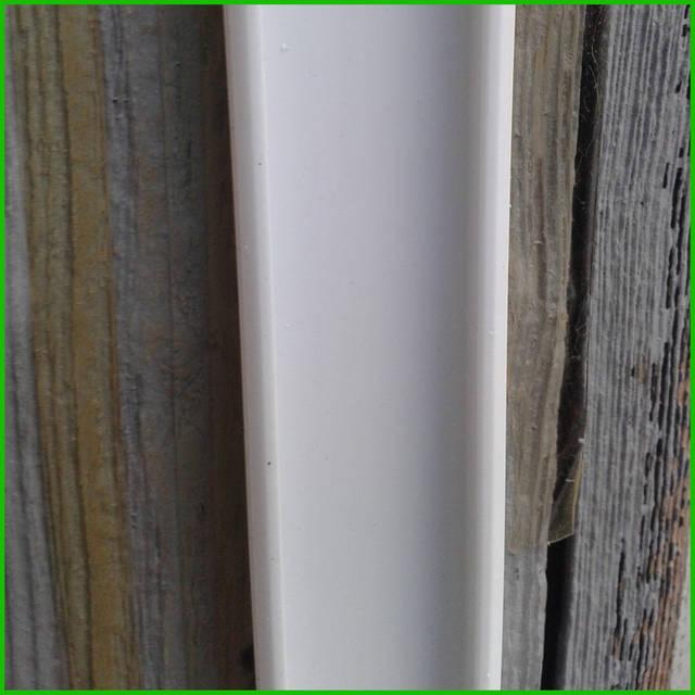 Монтировать пленку на оконную раму лучше вдвоем. Сначала на раму окна саморезами крепят кабель-канал без верхней крышки.