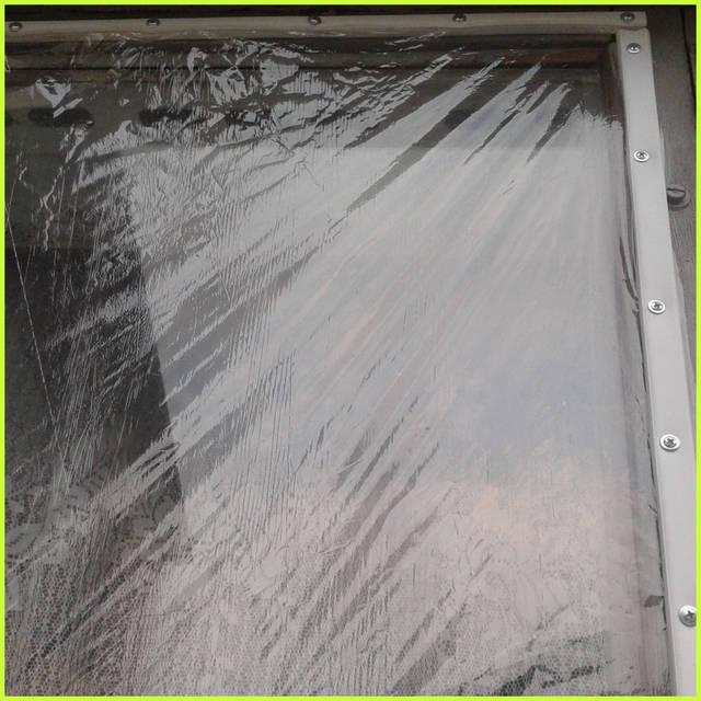 При этом совершенно не обращают внимание на образующиеся морщины, так как главное, чтобы пленка была равномерно защемлена в кабель-канале по всему протяжению кабель-канала.   Кабель-канал с защемлённой плёнкой крепят к раме окна саморезами.