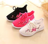Зручні та легкі кросівки з вишивкою для дівчаток